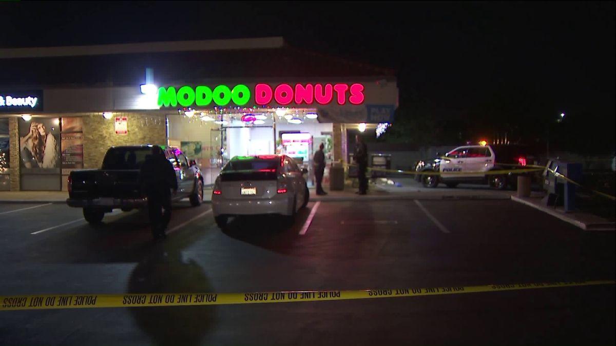 Asaltantes disparan en la cabeza a empleado de tienda de donas en Buena Park