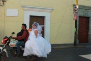 Novia llega a la iglesia en moto ante los bloqueos en Oaxaca