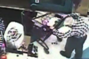 Dos mujeres se lanzan contra anciano para robarlo