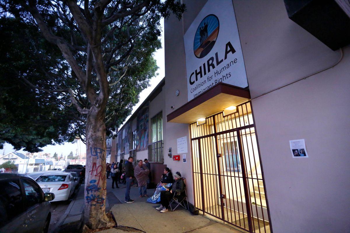 """""""Dreamers"""" de Los Ángeles madrugan para renovar el DACA"""