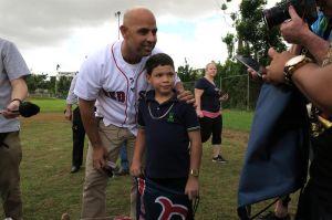 Delegación de los Medias Rojas llega a Puerto Rico con ayuda humanitaria