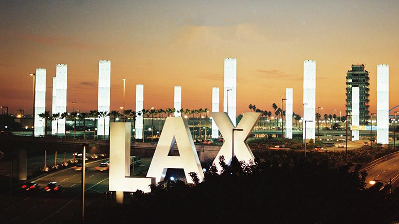 Con vuelos pero sin pasajeros: así luce LAX durante la pandemia