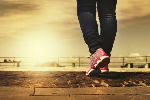 Caminar media hora al día te hará bajar de peso más que correr o ir al gimnasio