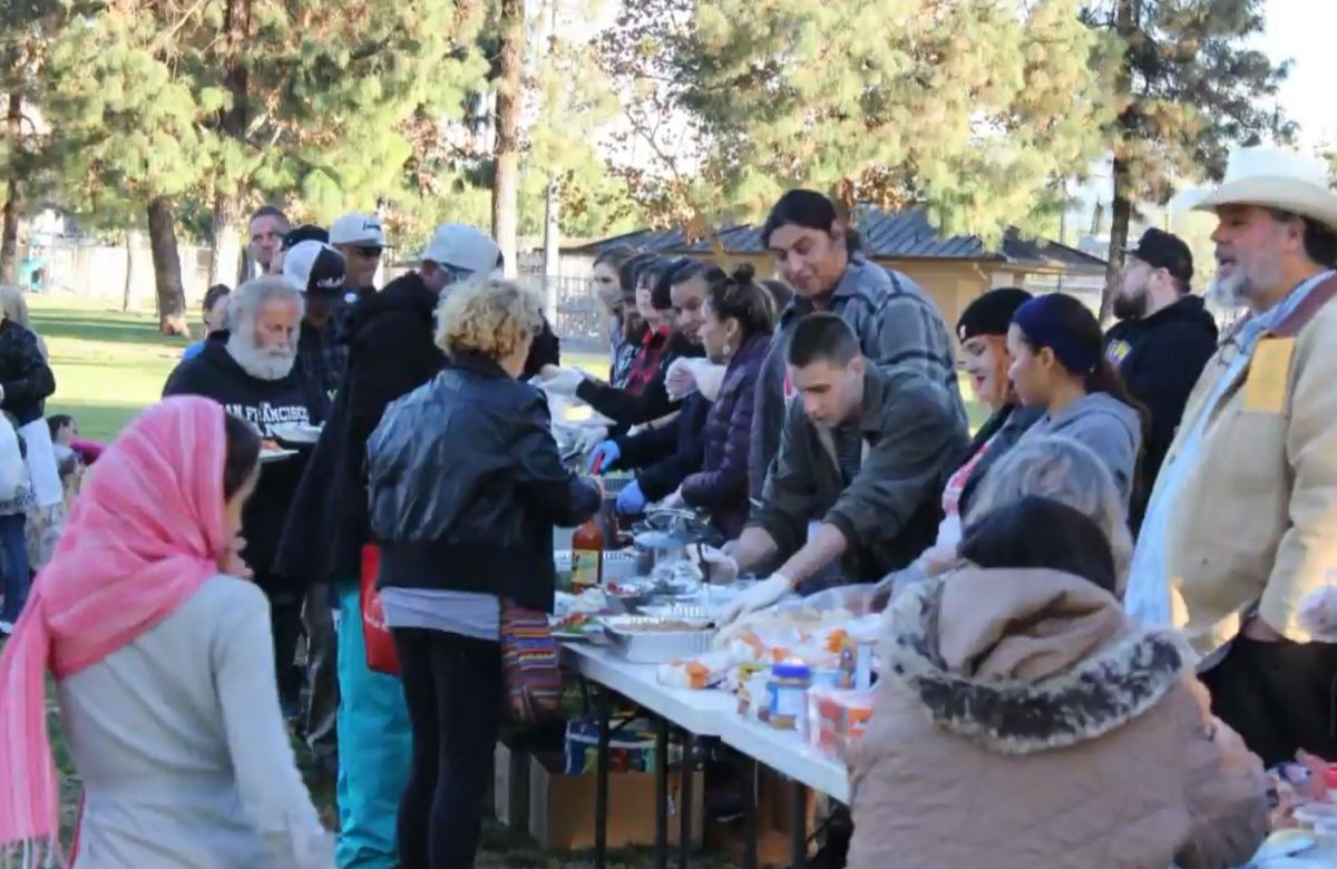 Arrestan a docena de voluntarios por alimentar a personas desamparadas en San Diego