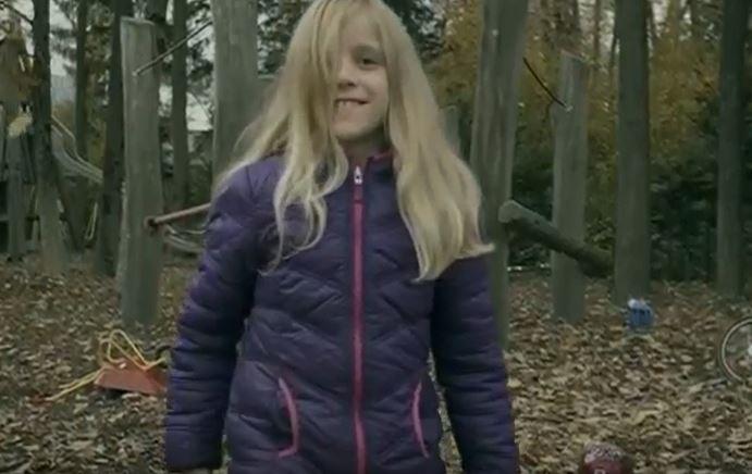 Parece una niña inocente, pero en realidad no lo es.