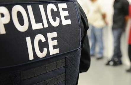 Partidarios de la ley sostienen que la presencia de ICE en las cortes socava el sistema judicial.
