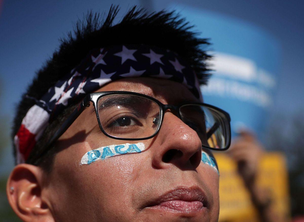 """Proyecto de ley propone ciudadanía para """"soñadores"""" sin financiación para muro fronterizo"""