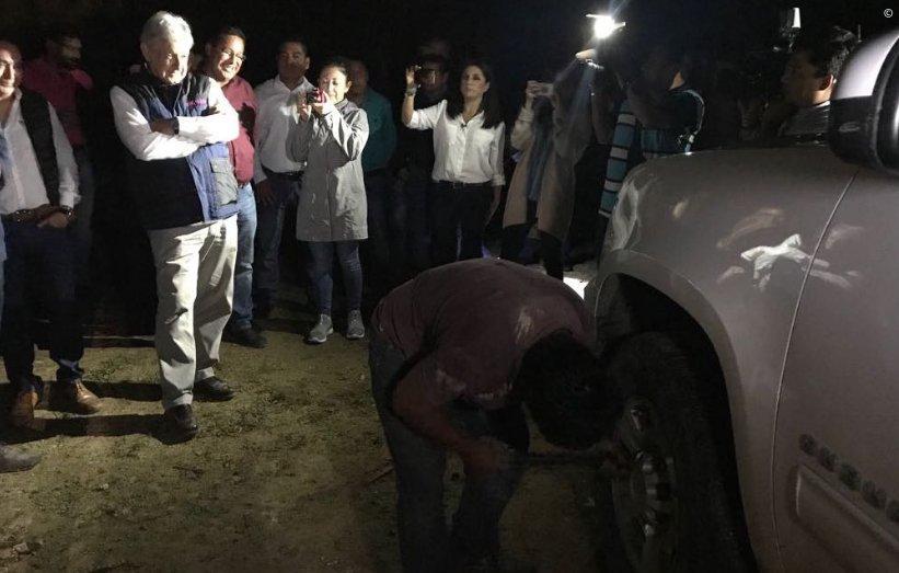 Detienen caravana de López Obrador y le ponchan las llantas a su camioneta