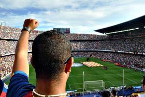 Video: ¿Quién dice que no se puede ver el futbol en plena misa?
