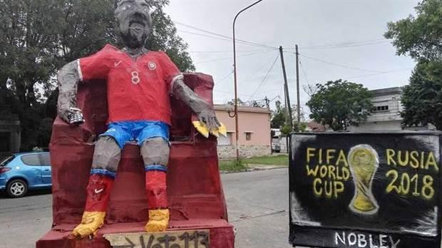 VIDEO: Quema de muñeco gigante de Arturo Vidal desata furia en Chile