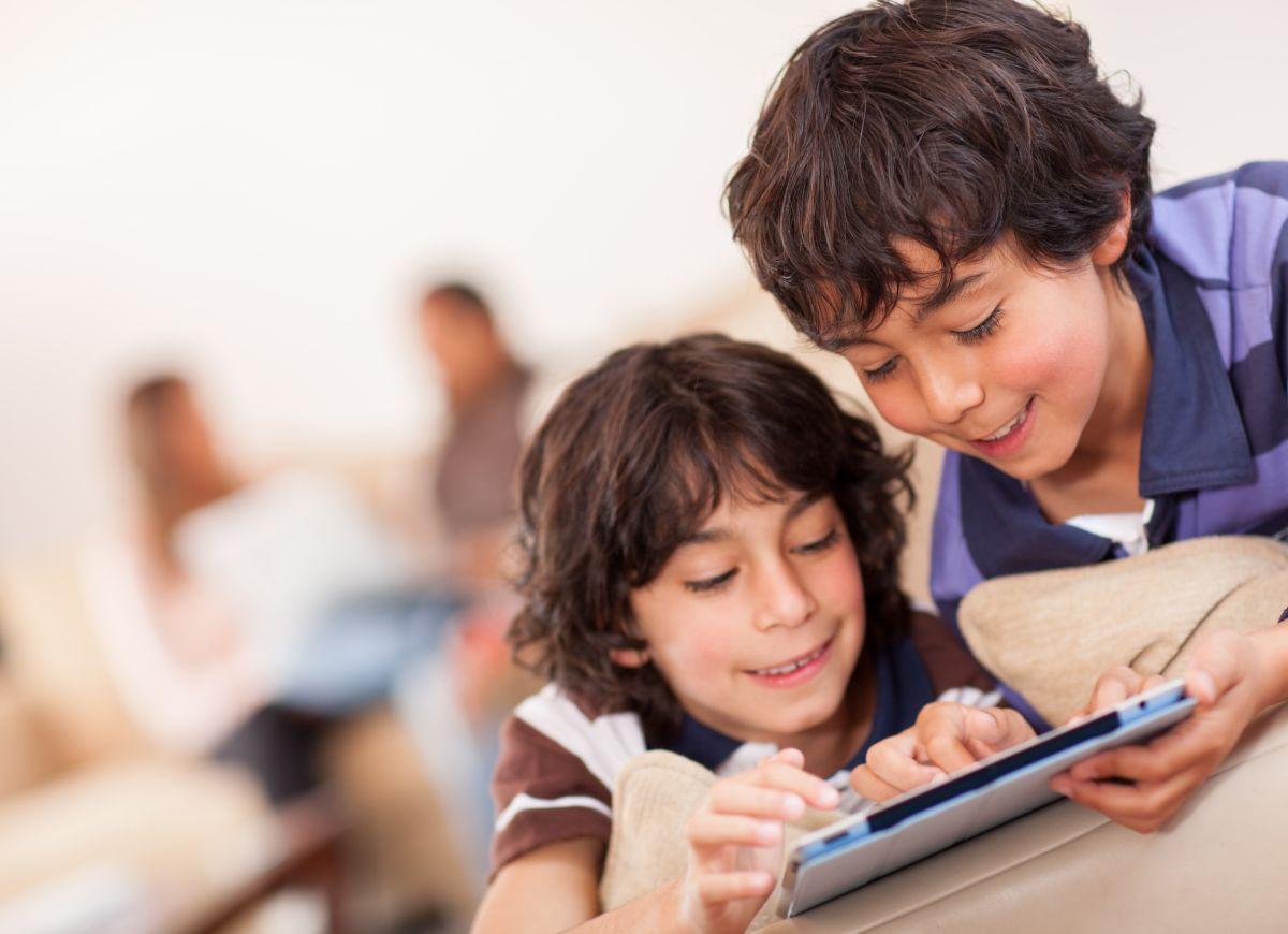 Los niños que usan los medios de comunicación de manera poco sana tienen problemas emocionales, de conducta y de interrelación con otras personas, señala un reciente estudio.