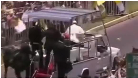 Video: Francisco baja del papamóvil para ayudar a policía que cayó de caballo