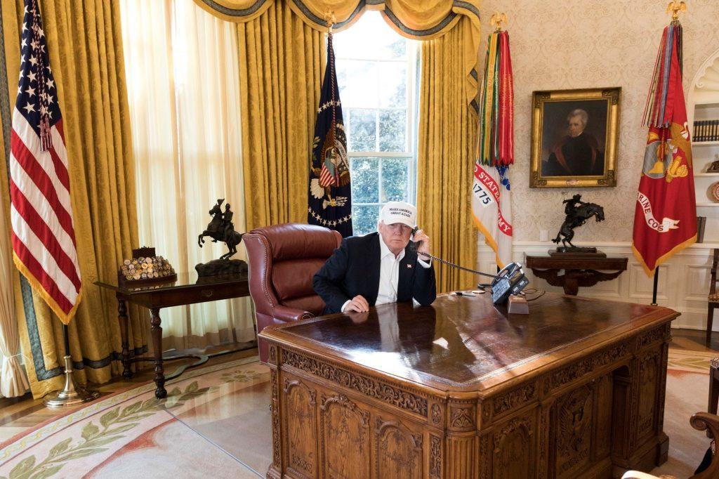 """Las fotos de """"Trump trabajando"""" durante cierre del gobierno generan burlas"""