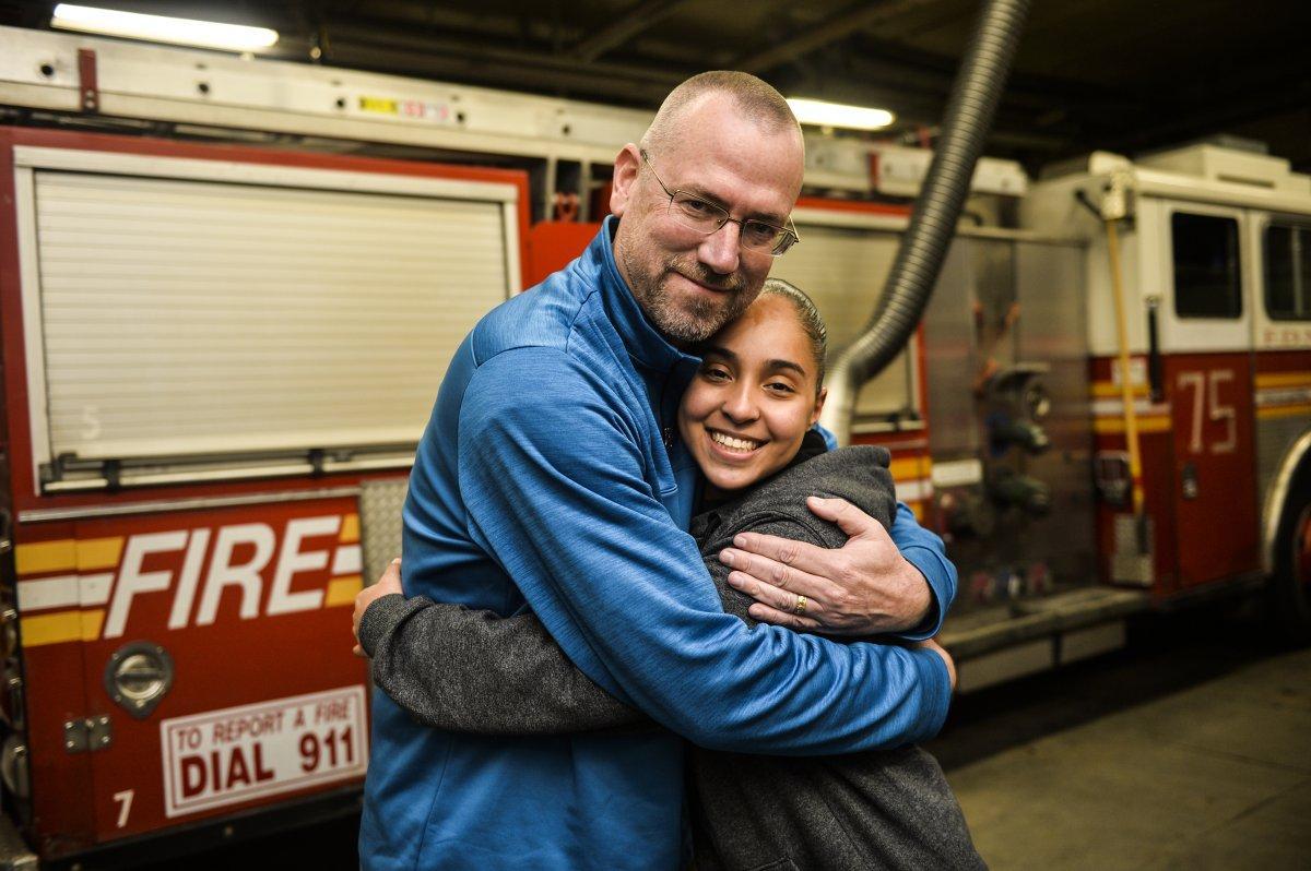 Bombero se reúne con el teniente que le salvó la vida cuando tenía 6 años