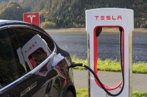Dueños de Tesla demandan al fabricante de sus autos... ¿por qué?