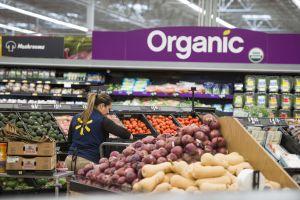 """Walmart anuncia mejoras laborales """"impulsadas por reforma fiscal"""""""