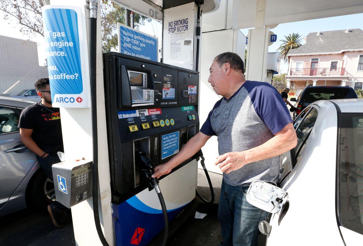 Una persona pone gasolina en Los Ángeles. (Aurelia Ventura/La Opinion)