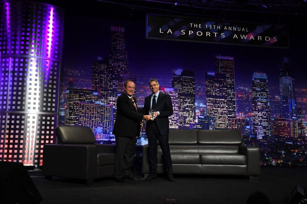 El legendario cronista Al Michaels le entrega a Casey Wasserman el premio como Ejecutivo del Año 2017 de los deportes en Los Ángeles por obtener la sede de los Juegos Olímpicos de 2028.