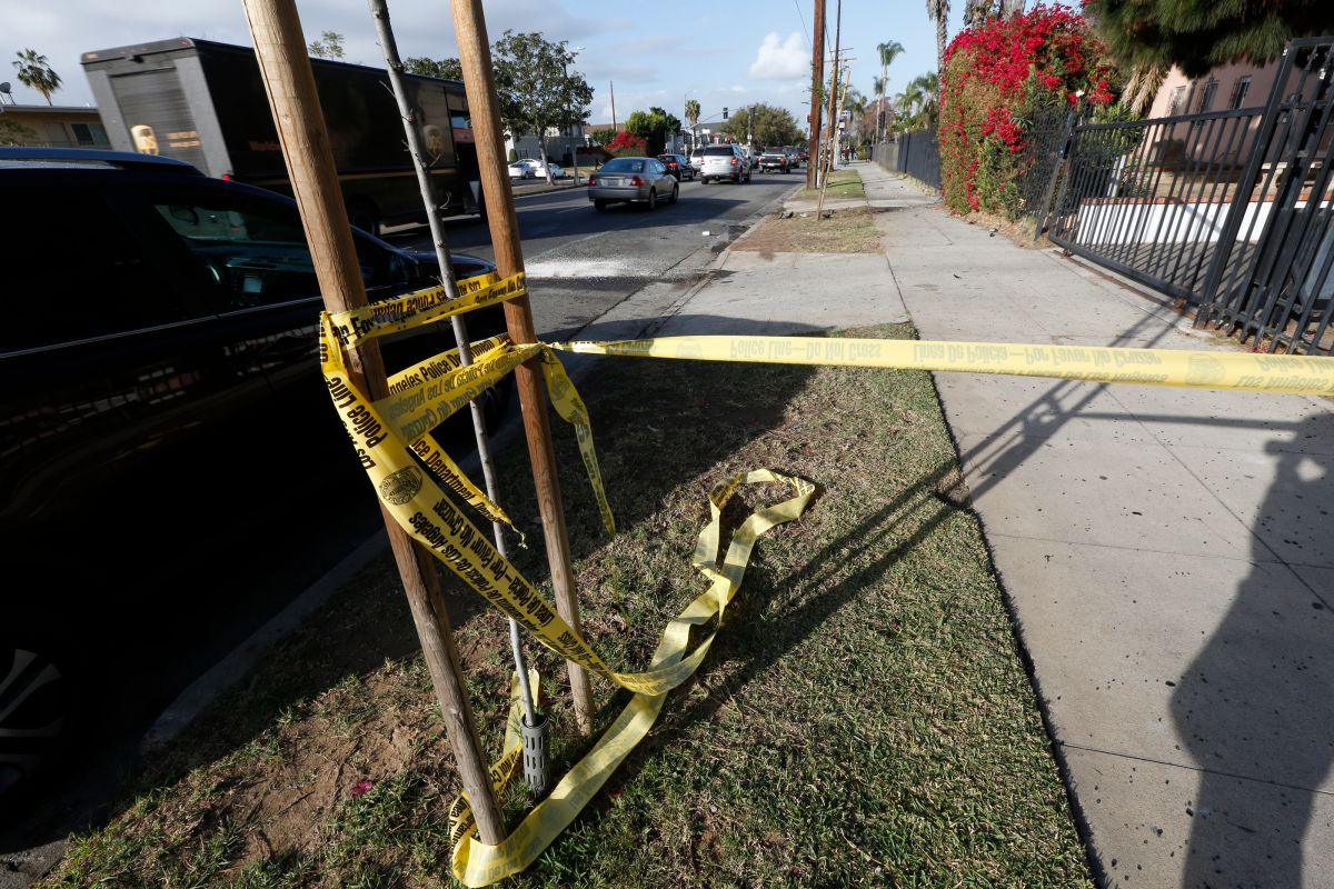 Un hombre y una mujer pierden la vida al volcarse auto en sur Los Ángeles