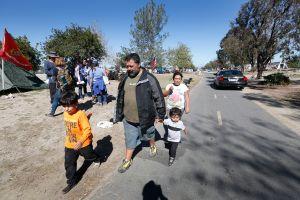 Santa Ana sopesa demanda contra el condado de Orange ante crisis de personas sin hogar