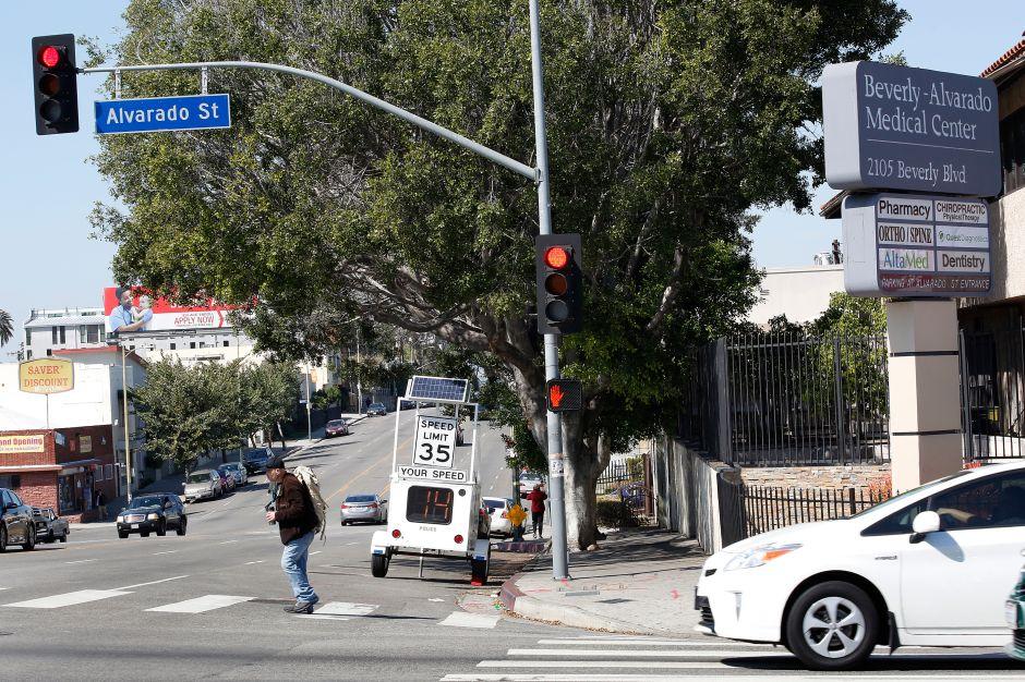 Cuándo y a quién debes ceder el paso en cruces, según el DMV