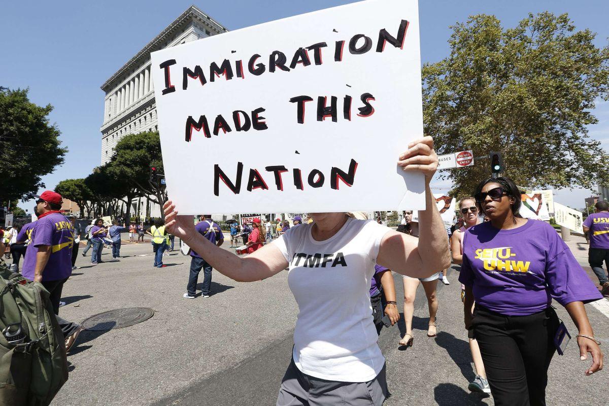 Activistas critican el plan de Trump para reducir la inmigración legal.