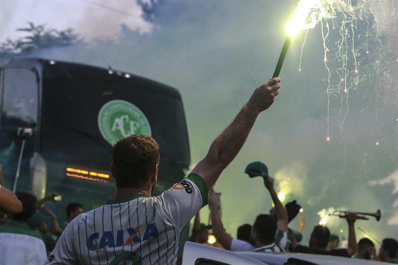 VIDEO: Aficionados de equipo rival de Chapecoense se burlan de su accidente