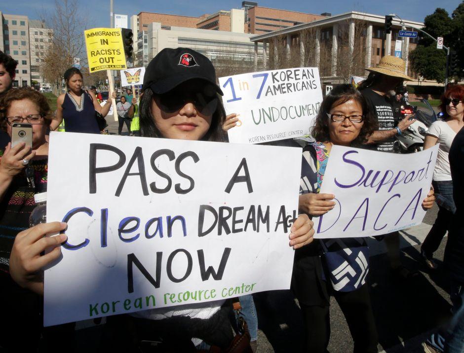 Líderes demócratas del Congreso exigen que USCIS acelere renovación de permisos DACA