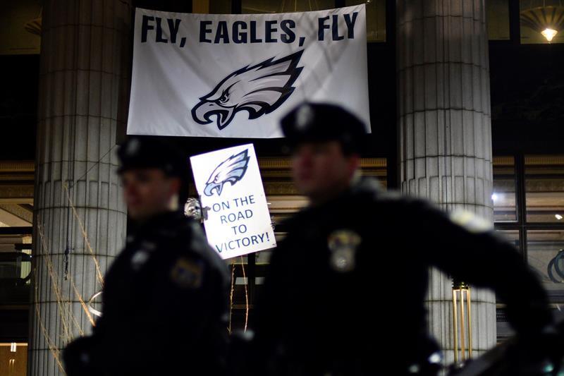 Policías vigilan a los aficionados durante las celebraciones en Philadelphia por la victoria de los Eagles ante los Patriots de Nueva Inglaterra en la 52 edición del Super Bowl. (Foto: EFE/ Bastiaan Slabbers)