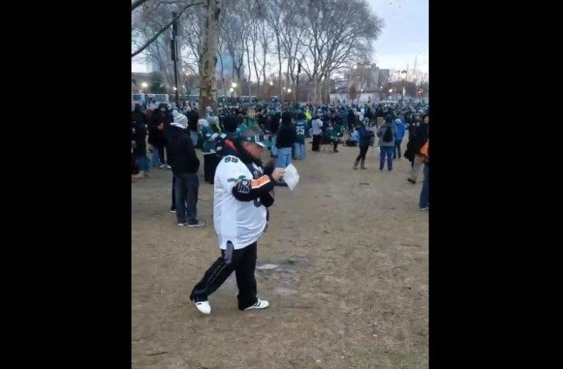 Este aficionado de los Eagles trajo las cenizas de su padre al festejo por el Suoer Bowl LII.
