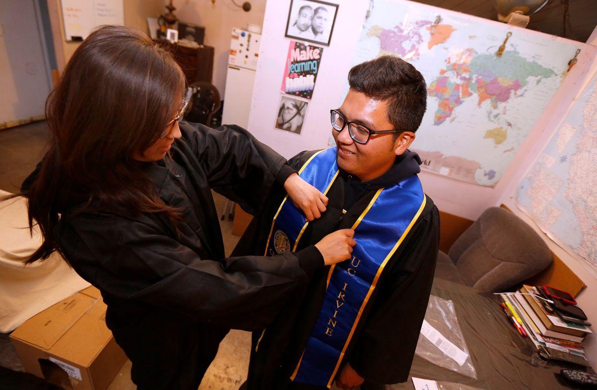 Un joven de Pomona se prepara para celebrar su graduación de la universidad.