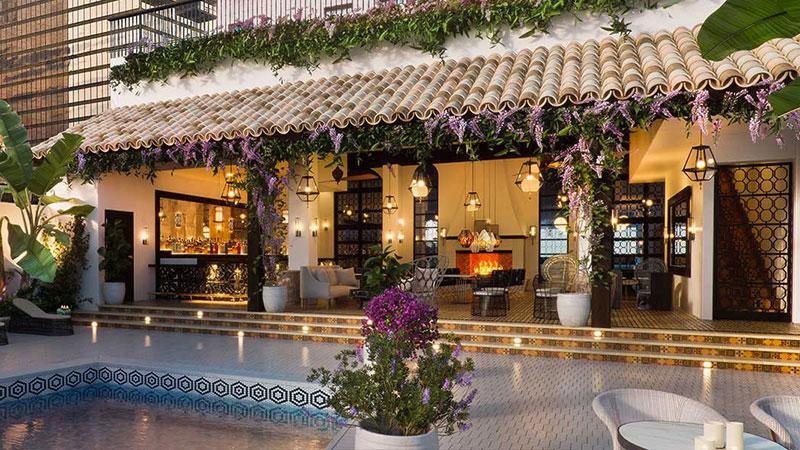 El Hotel Figueroa es un punto legendario del centro angelino con 14 pisos y 268 habitaciones.