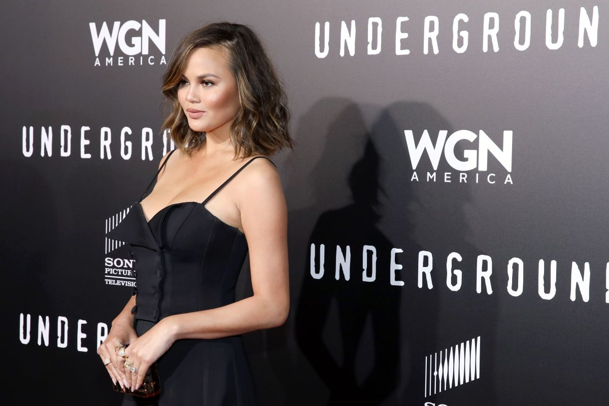 Chrissy Teigen sufre aparatosa caída de las escaleras a horas de los Emmy