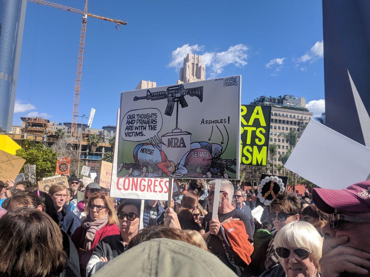 Cientos de personas en Los Ángeles se pronuncian contra las armas