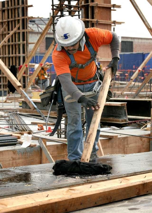 La construcción, junto con la salud, las fábricas y el servicio en bares y restaurantes sigue creando empleo a buen ritmo./Archivo