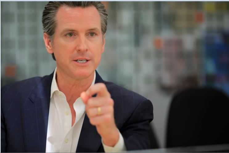 Newsom insiste a inmigrantes de California estar preparados ante redadas de ICE