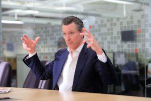 Newsom aventaja claramente a Cox en la carrera a gobernador de California, según encuesta
