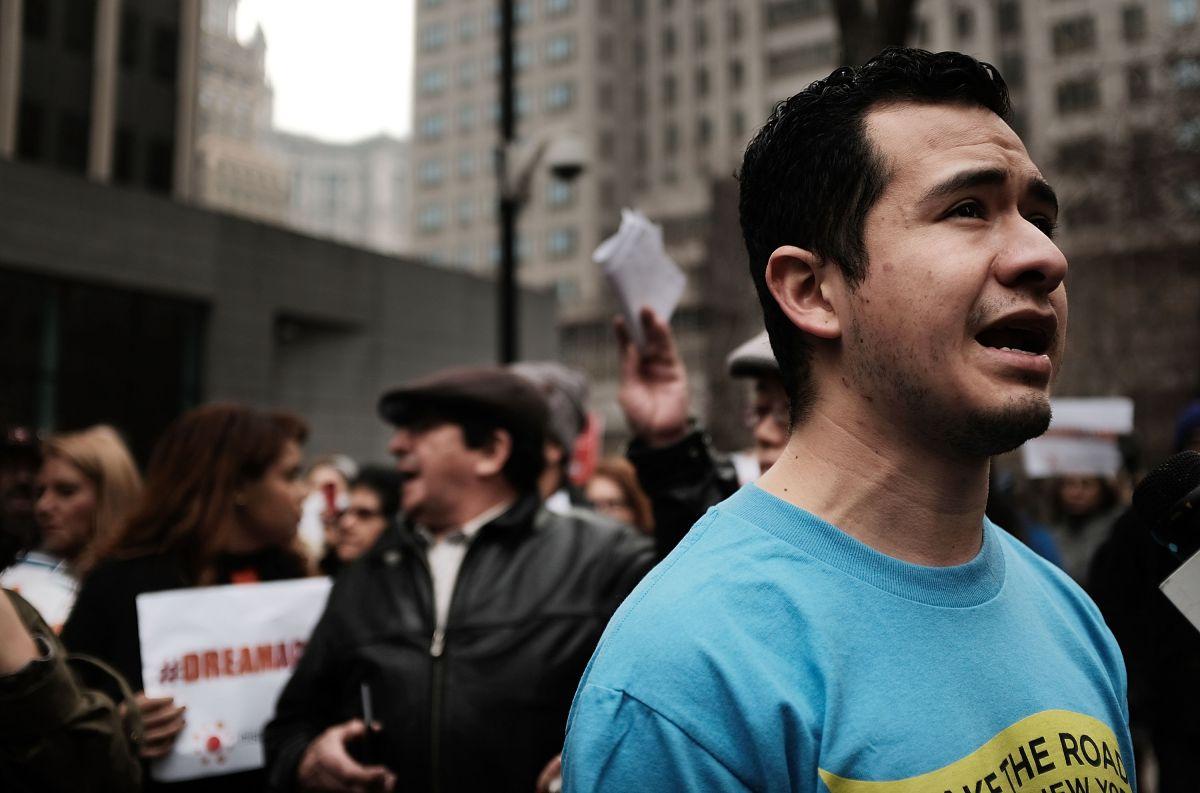 Ricardo Aca, un beneficiario de DACA que trabajó en Trump Tower en Nueva York, se manifiesta en defensa de los inmigrantes indocumentados.