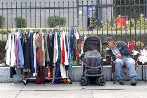Vendedores ambulantes rechazan que se dé poder a los dueños de negocio para vetarlos de las aceras