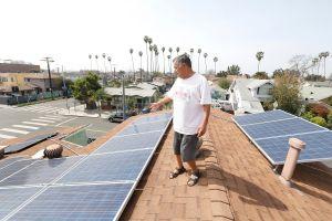 Aumentan las quejas de adultos mayores latinos contra compañías de energía solar