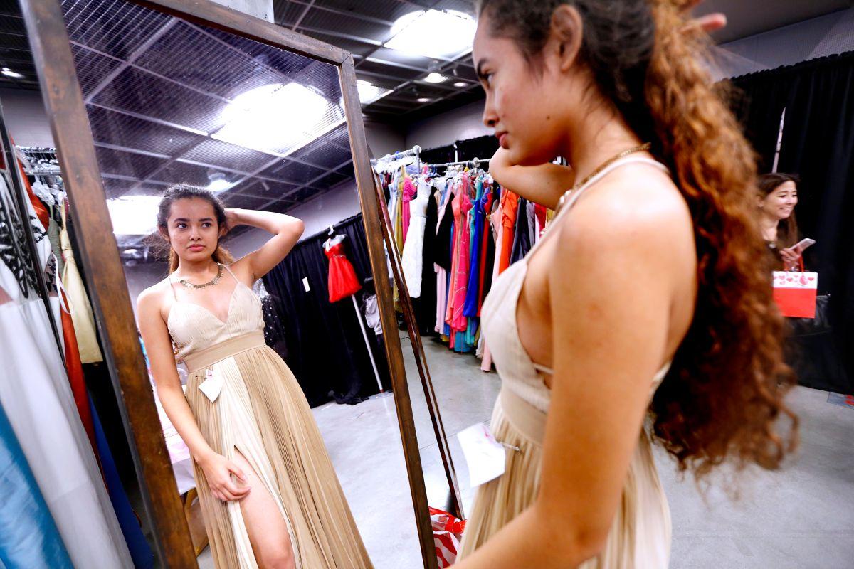 Sueño hecho realidad: vestidos de graduación a estudiantes de bajos ingresos de L.A