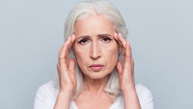 ¿Cuáles son los síntomas y causas de la demencia en adultos mayores?