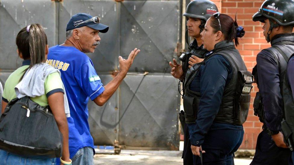 """""""Está quemado, pero vivo"""": la dolorosa espera de los familiares de las víctimas del incendio en Venezuela"""