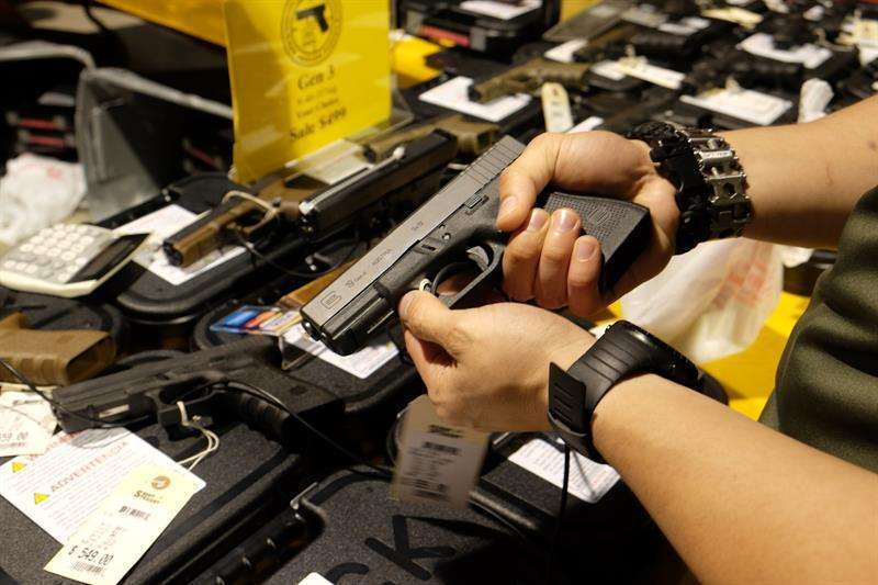 Menos de la mitad de estadounidenses aboga por regular el acceso a las armas
