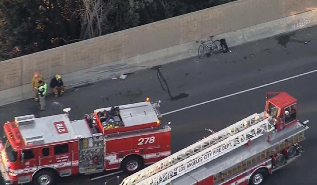 Autoridades encuentran cadáver en autopista 101, cierran 3 carriles