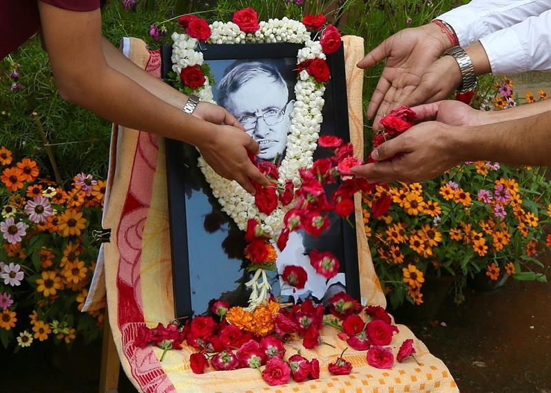 Miembros del Instituto Indio de la Ciencia depositan flores en honor a Hawking,