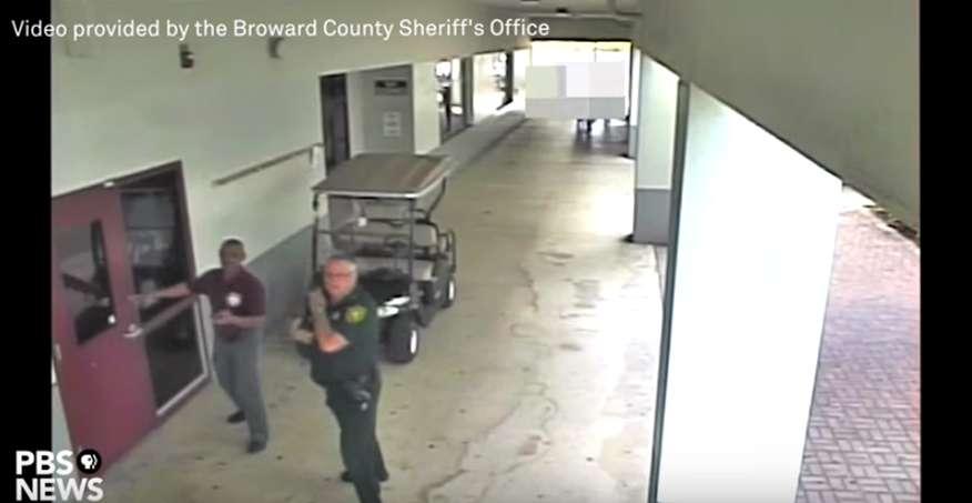 Las imágenes evidencian que el oficial escolar Scot Peterson no entró al edificio del plantel donde se produjo el tiroteo.