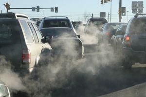 Si el escape del auto huele a gasolina, estas pueden ser las razones