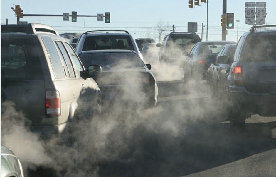 Por estas razones sale humo negro del escape del auto