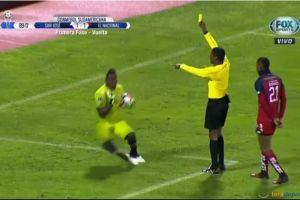 Ridícula actuación, portero finge agresión del árbitro en la Copa Sudamericana